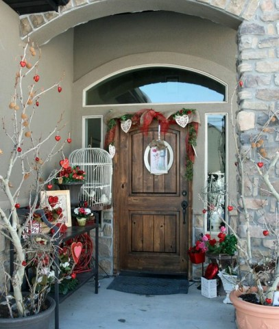 Elegant Front Porch Valentines Day Decor Ideas 17