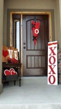 Elegant Front Porch Valentines Day Decor Ideas 30