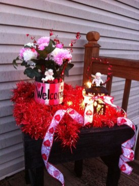 Elegant Front Porch Valentines Day Decor Ideas 33
