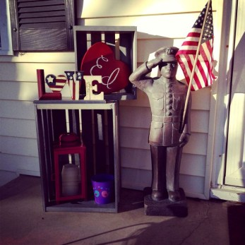 Elegant Front Porch Valentines Day Decor Ideas 40