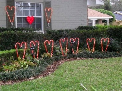 Elegant Front Porch Valentines Day Decor Ideas 43