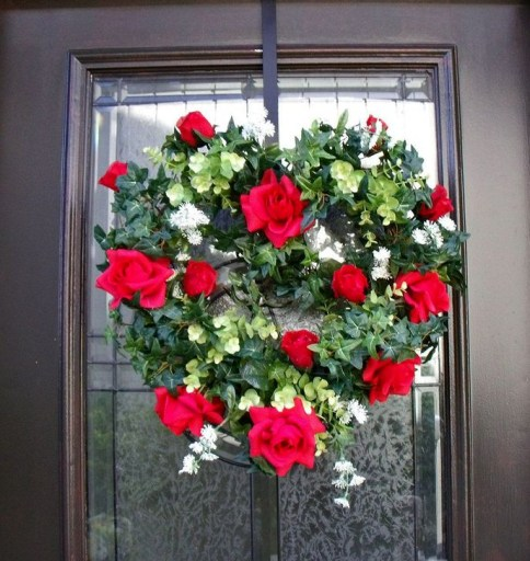 Elegant Front Porch Valentines Day Decor Ideas 56
