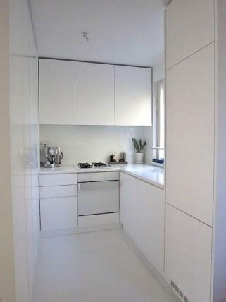 Minimalist Small White Kitchen Design Ideas 17