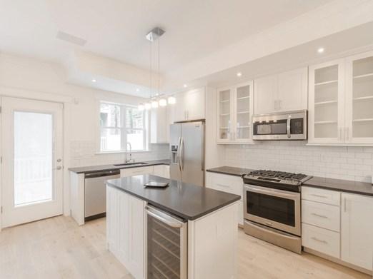 Minimalist Small White Kitchen Design Ideas 18