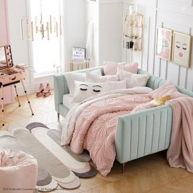 Lovely Bedroom Ideas With Beautiful Rug Decoration 46
