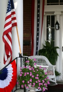 Super Patriotic Porch Independence Day Decoraion Ideas 38