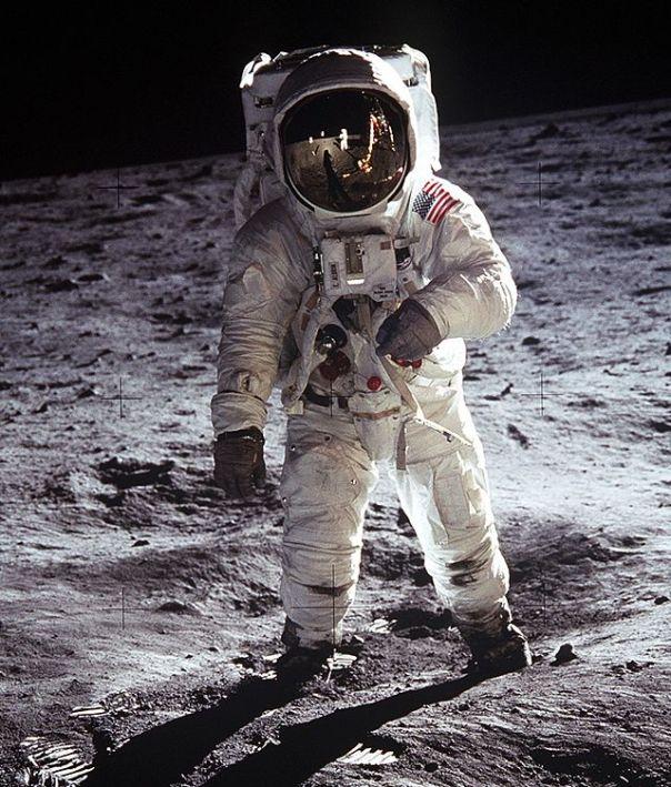 Apollo_Moonwalk2_space_suit