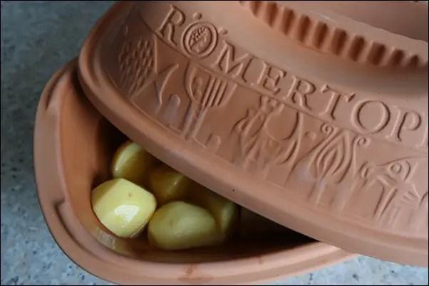 Putenrollbraten mit Kartoffeln im Römertopf