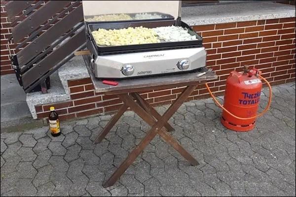 Bratkartoffeln aus rohen Kartoffeln auf der Campingaz Plancha grillen
