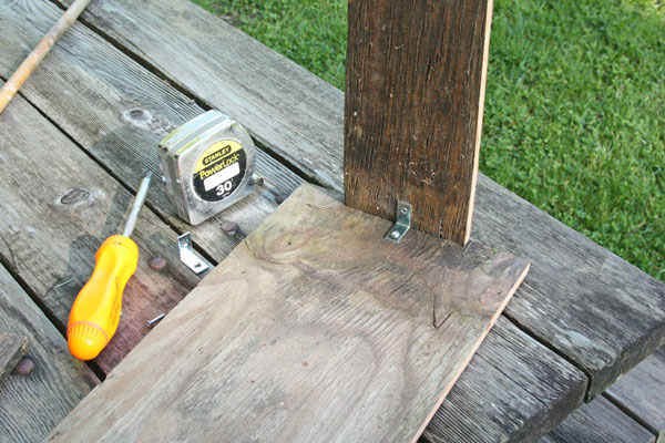 Connecting-boards-with-an-angle-bracket