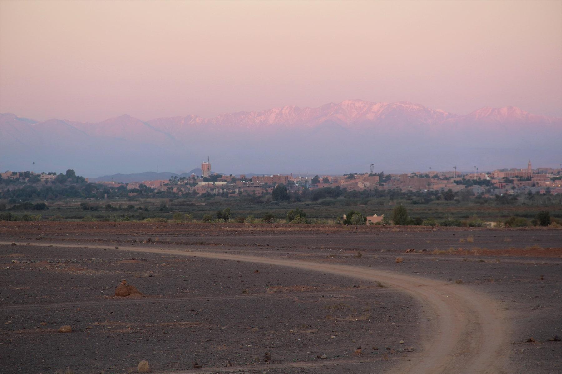 Alba sulla città di Ouarzazate e le montagne dell'Alto Atlante