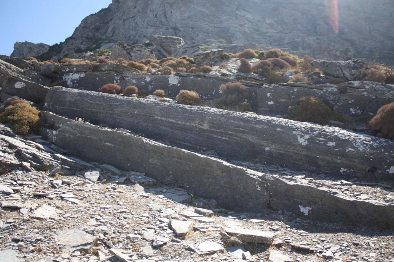 Extraction d'une colonne dans la carrière de marbre à Karystos