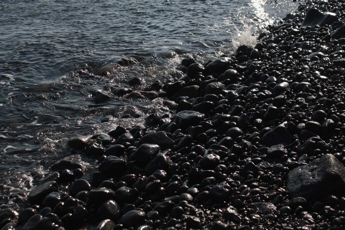 Mer et pierres noires Santorin