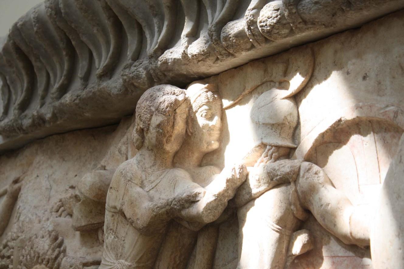 Femmes frise du trésor de Siphnos Musée de Delphes