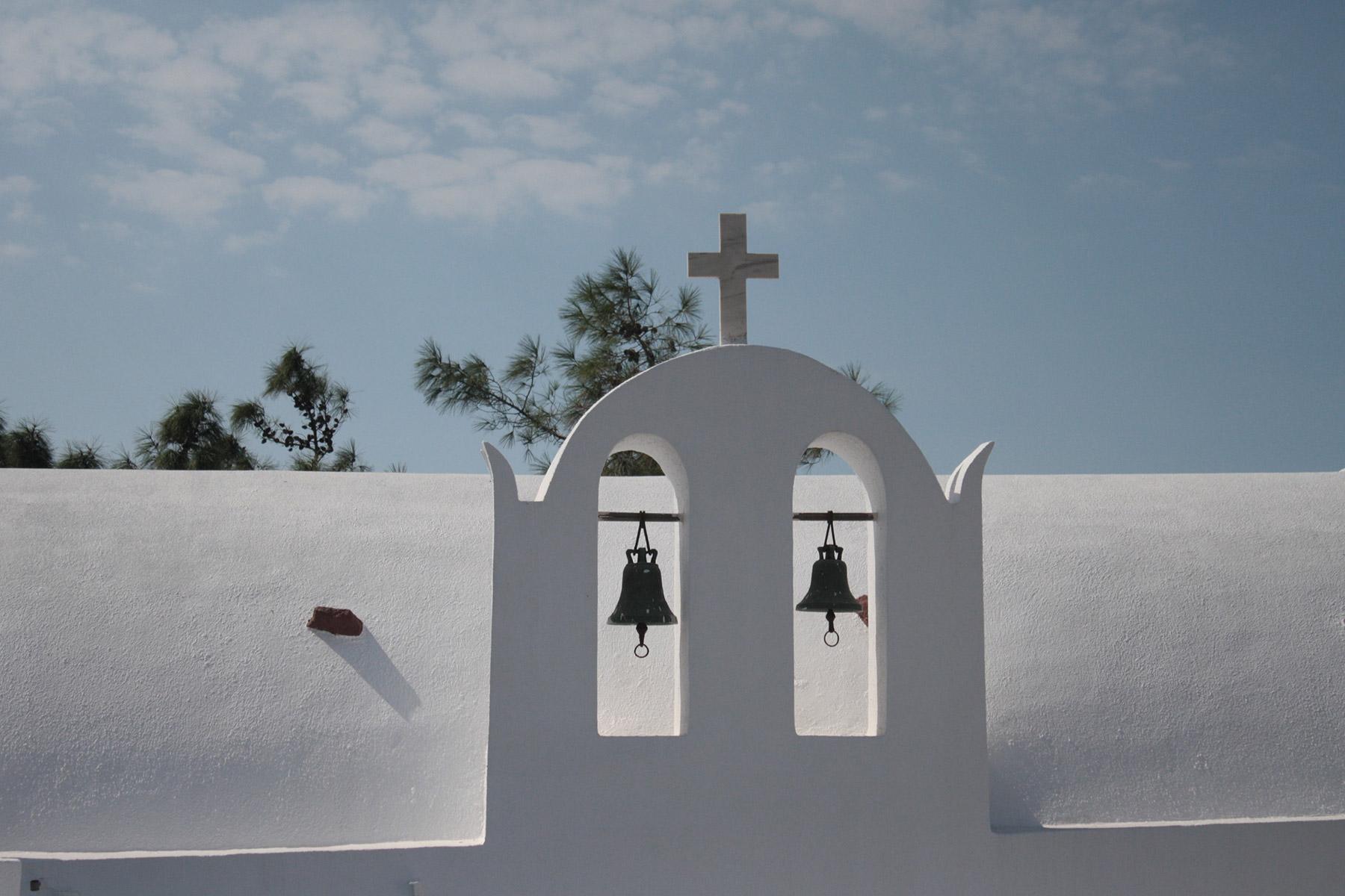 Vista di una chiesa a Santorini con campanile