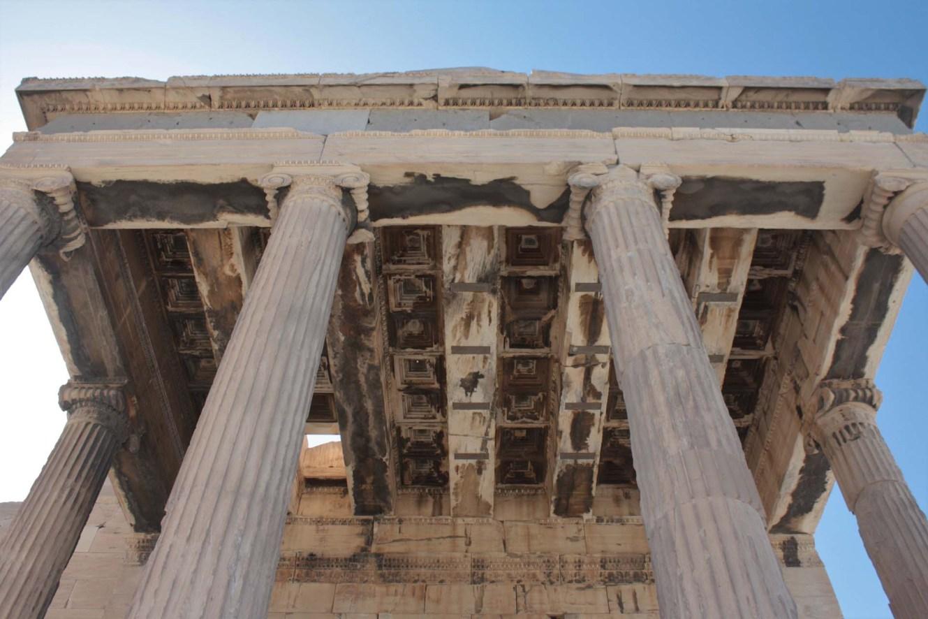 Plafond et colonnes du Temple d'Érechthéion sur l'Acropole d'Athènes
