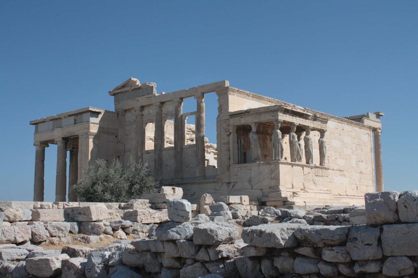 Vue du Temple Érechthéion sur l'Acropole d'Athènes avec le portique avec les caryatides