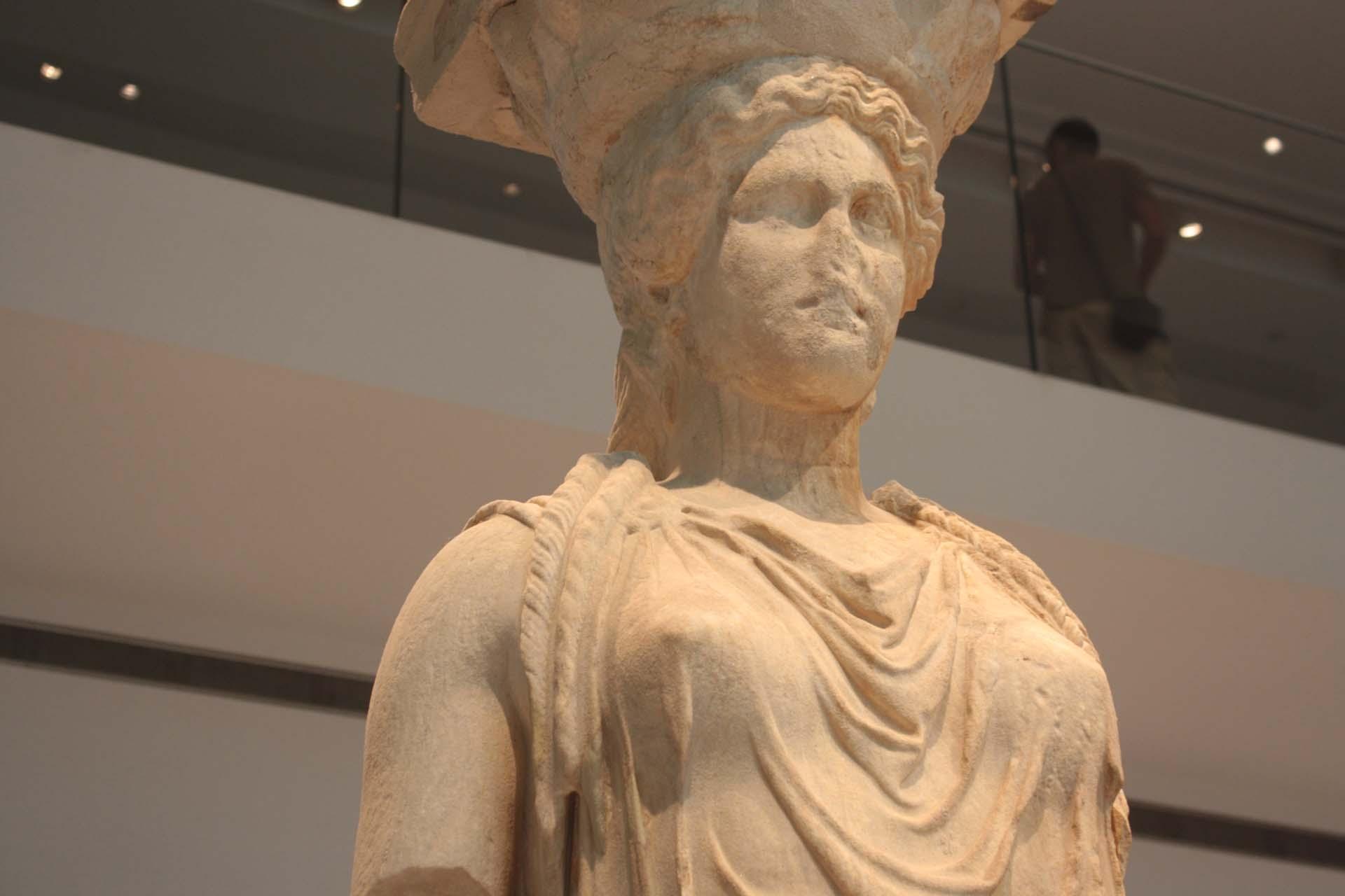Tête d'une Cariatide dans le musée de l'Acropole à Athènes