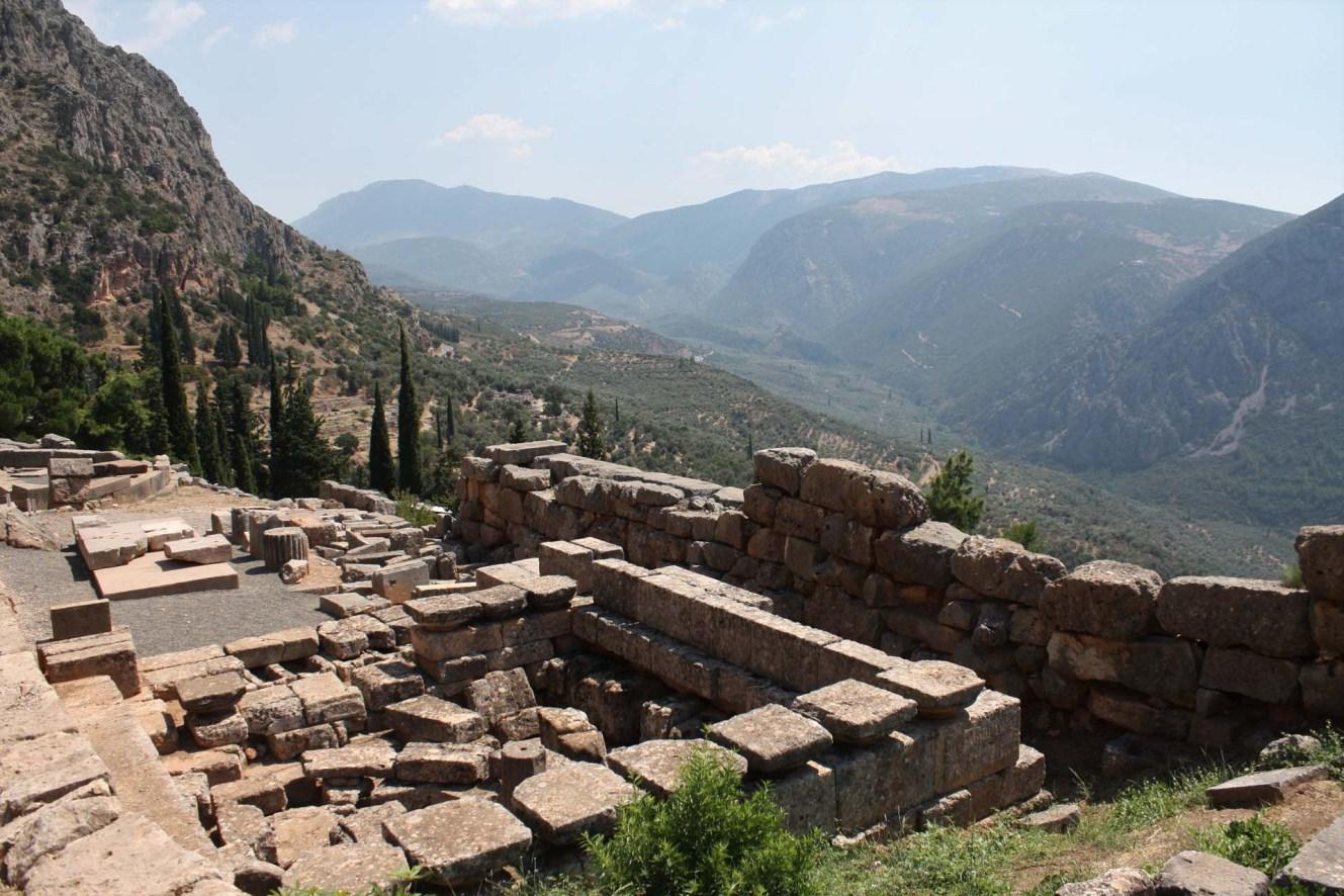 Vieux temple de Delphes vue vallée
