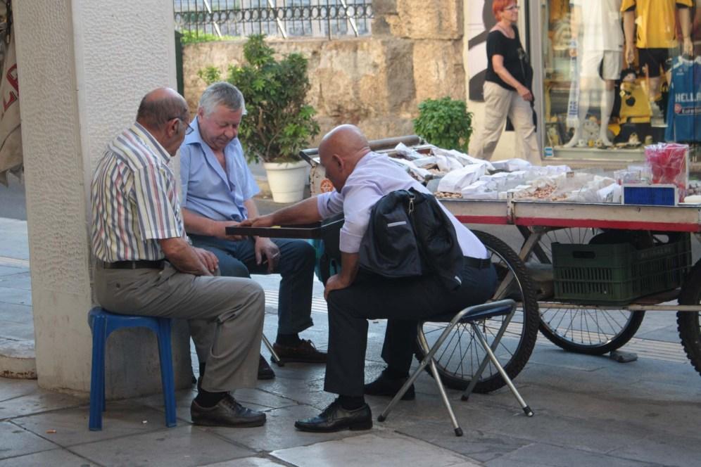 Personnes agées jouant au Backgammon dans les rues d'Athènes