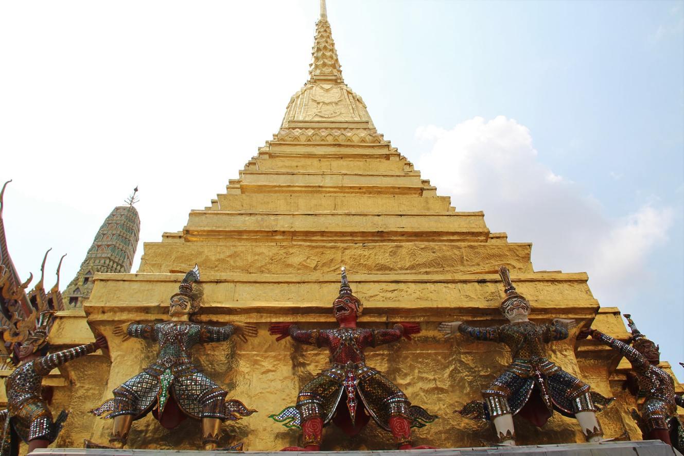 Bangkok Grand Palace yaks golden stupa