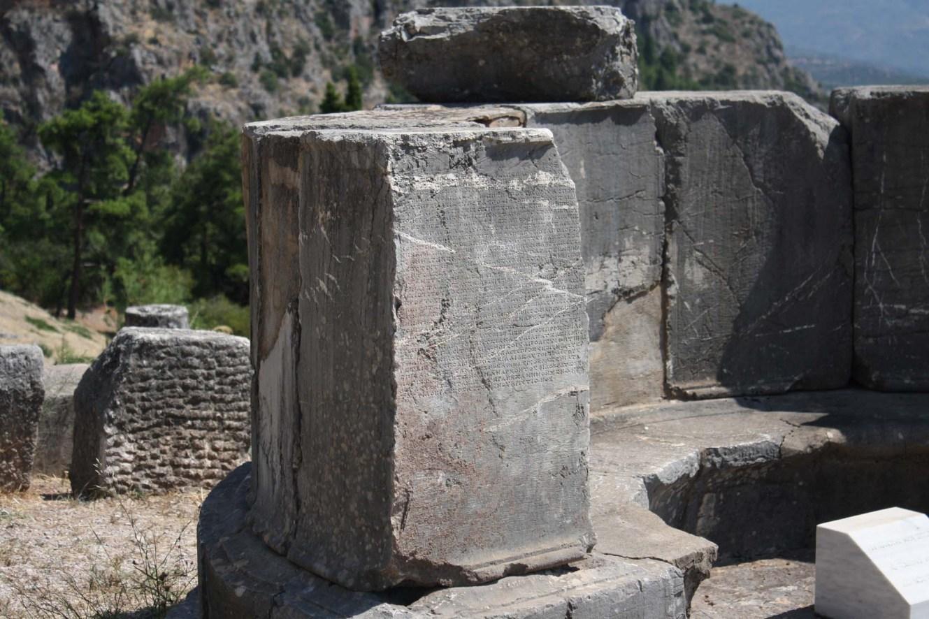 Ruines de pierres gravées Delphes