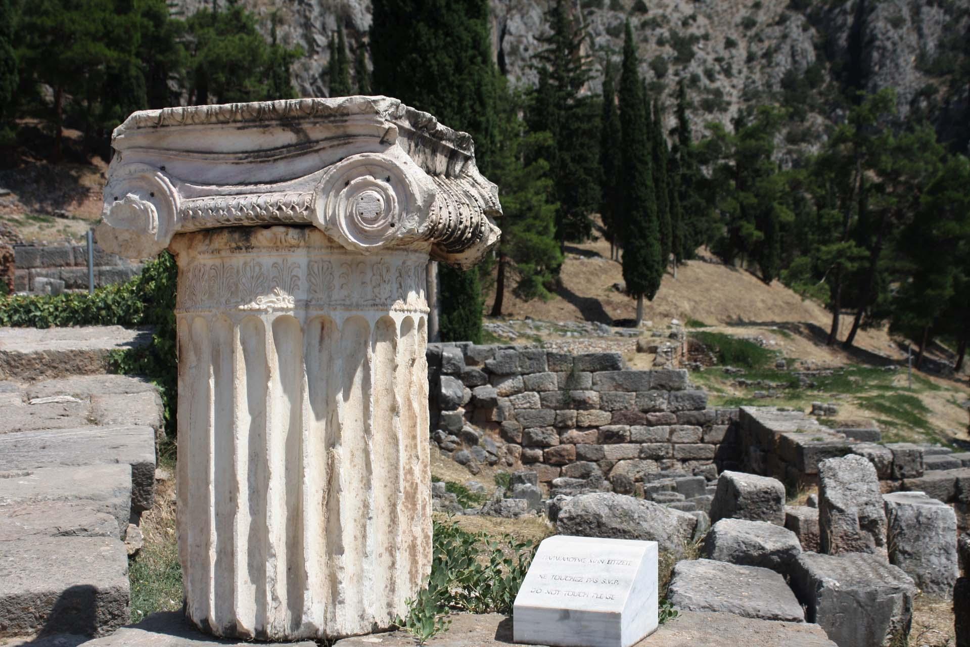 Restes d'une colonne Delphes