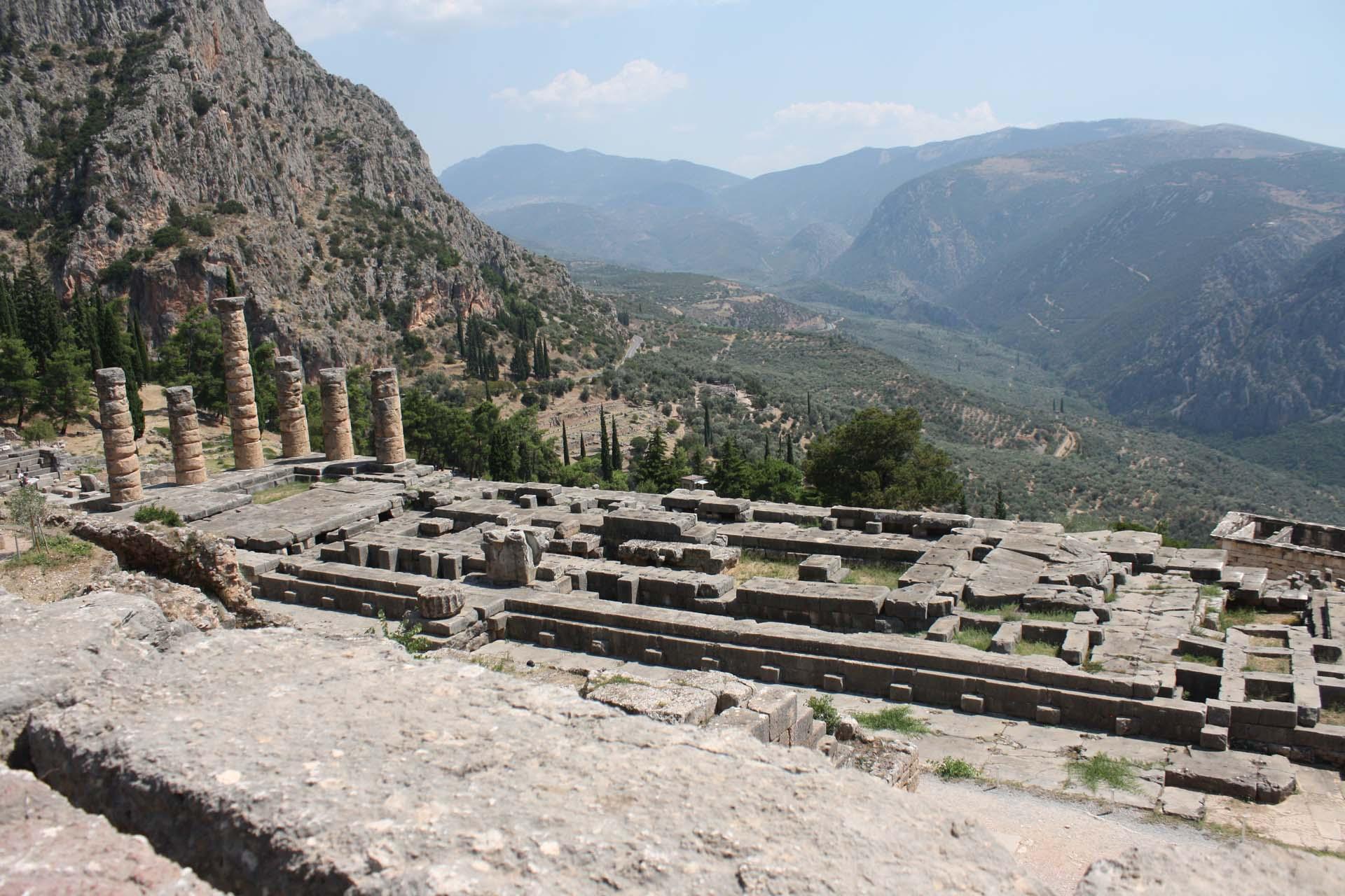 Temple d'Apollon Delphes et vue vallée