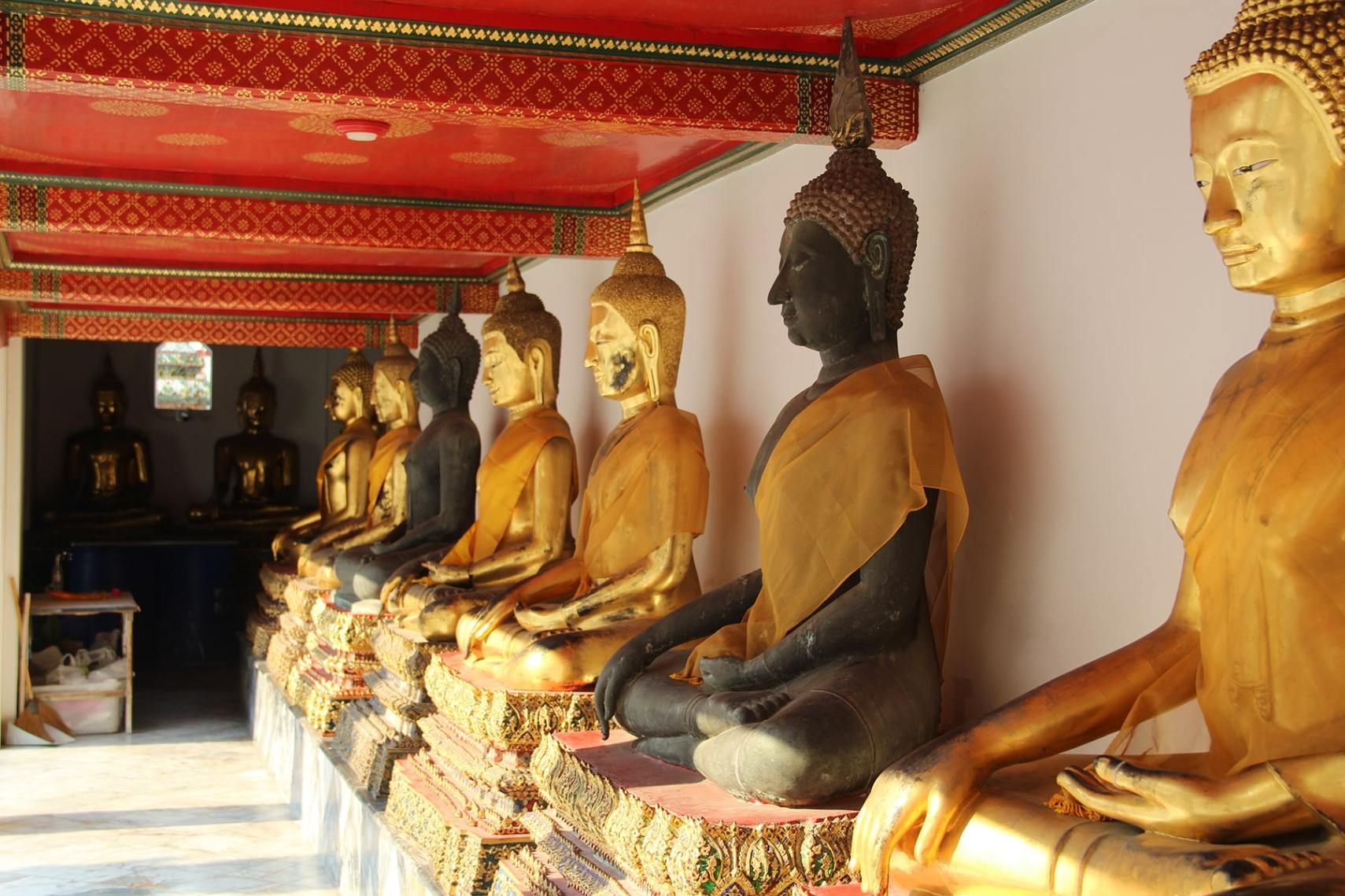 Bangkok Wat Pho Buddha courtyard