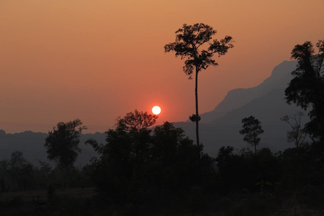 Il tramonto dietro le montagne