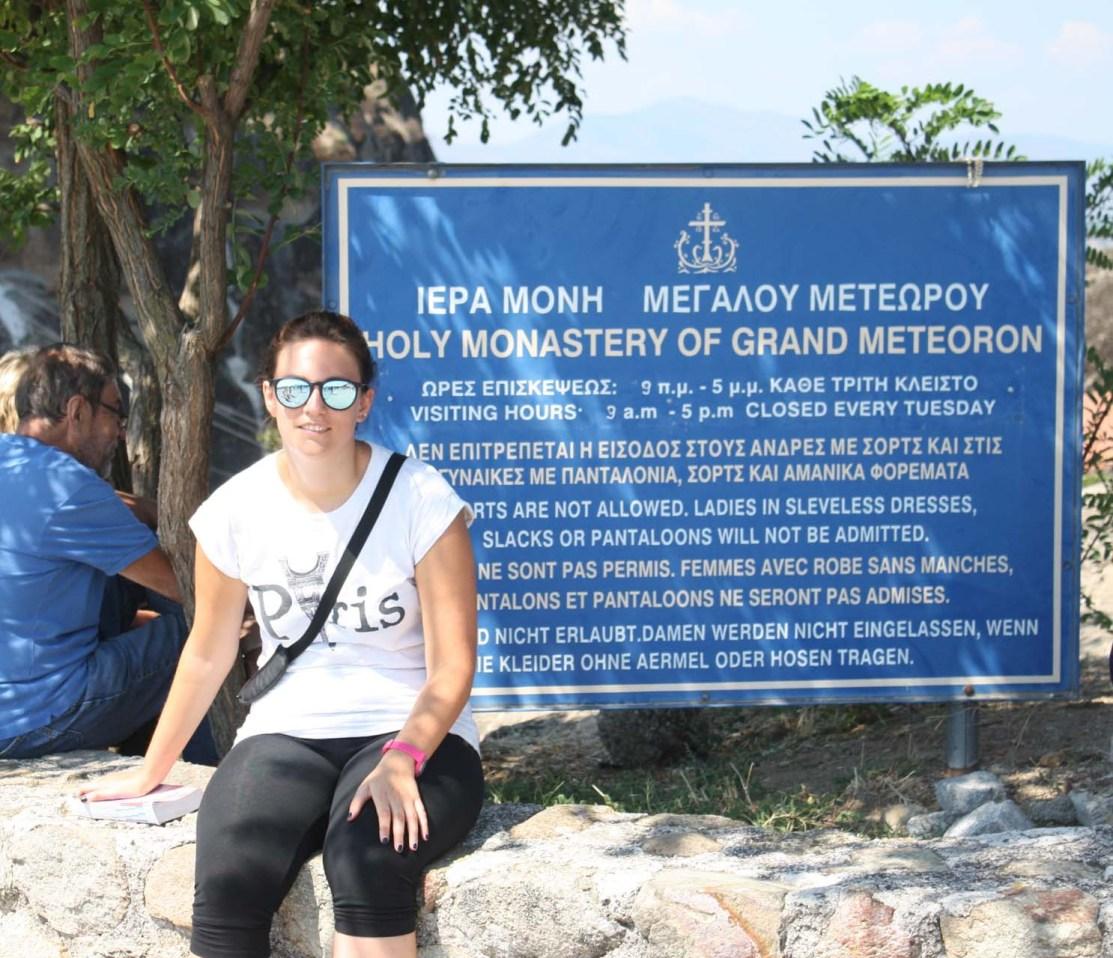 Marianna devant le panneau d'entrée du Grand Météore