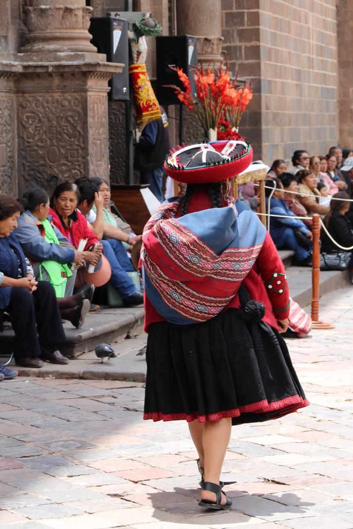 Una donna in abiti tradizionali a Cuzco