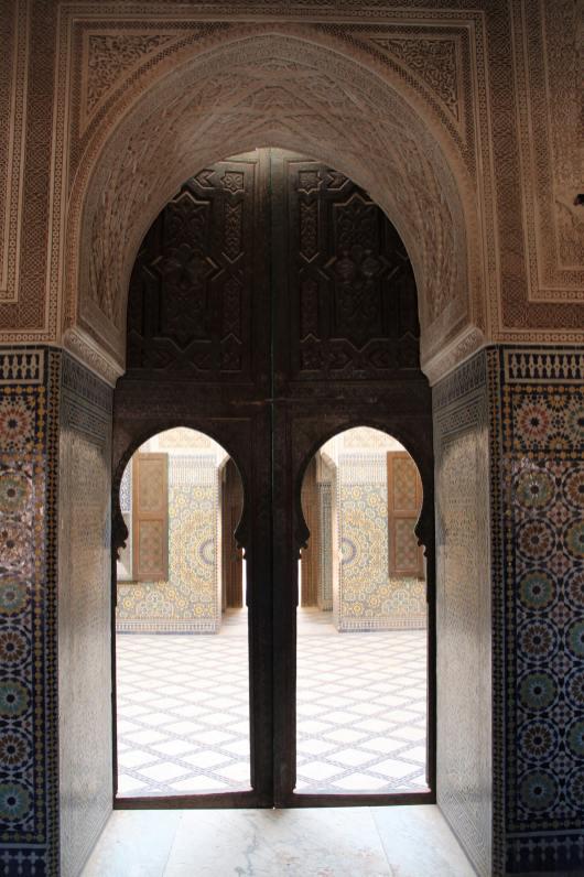 Porte di legno che portano al cortile della kasbah di Telouet