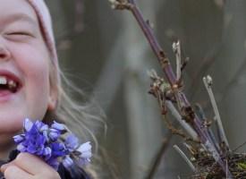 Tüdruk, sinililled, linnupesa ja … naer