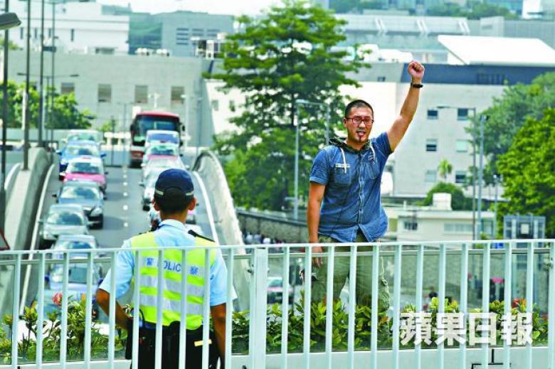 Au Yeung scales occupy bridge