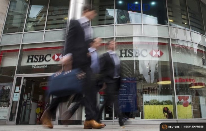 People walk past a branch of HSBC bank in central London, Britain June 09, 2015. Photo: Reuters/Neil Hall