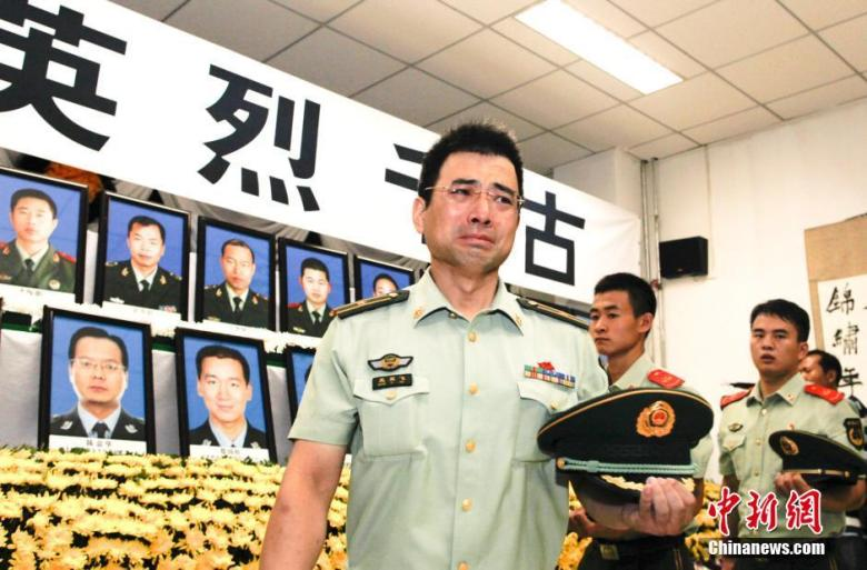 Fire fighters in Tianjin mourn their fallen colleagues