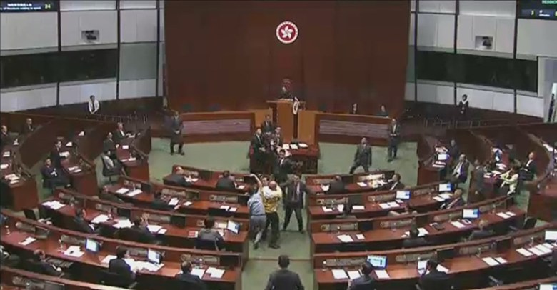 Albert Chan and Ray Chan throwing banners at Leung Chun-ying.