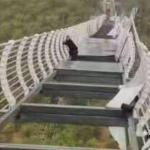 玻璃被大風擊碎,中國遊客緊緊捉實高100米的橋 ??