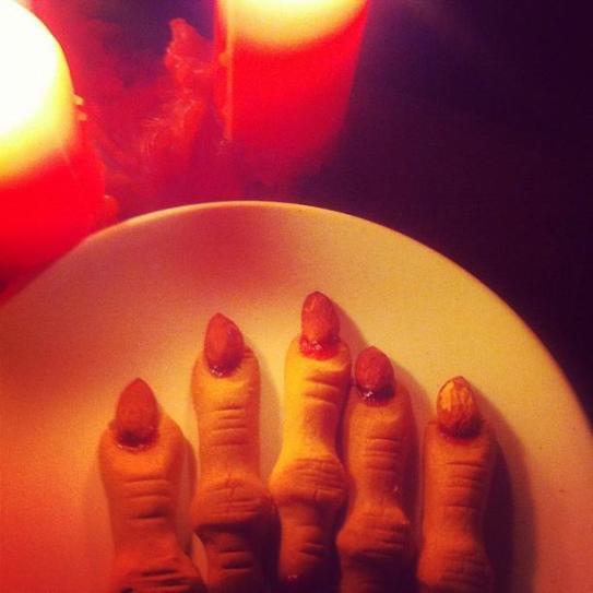 A qui sont ces doigts?