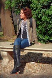 Melanie sitzt auf einer Bank zum Loslassen