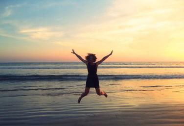 Melanie springt in die Luft und freut sich über Erkenntnisse