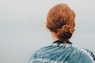 Eine Frau ist auf der Suche nach der Freude