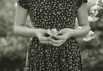 Ich bin es nicht wert, denkt die Frau mit der Blume in der Hand.
