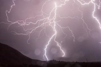 Ein Blitz als Symbol für böswillige Manipulation