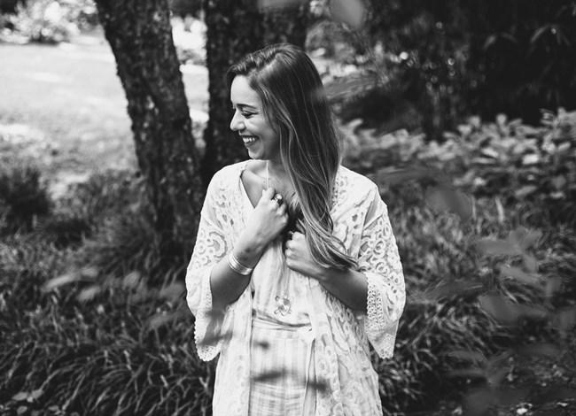 Eine Frau, die lächelt und positive Glaubenssätze hat