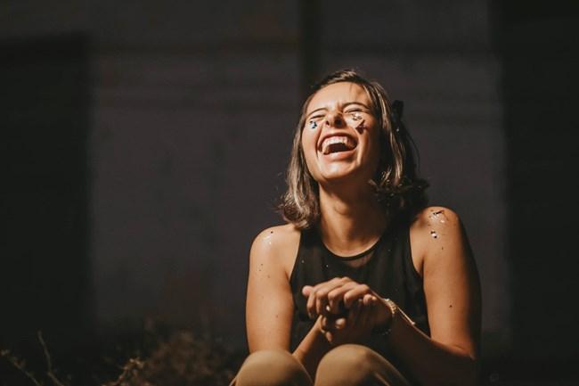innerer Reichtum macht glücklich - die Frau lacht