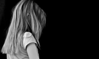 Ein Kind: Bindungsangst entsteht in der Kindheit