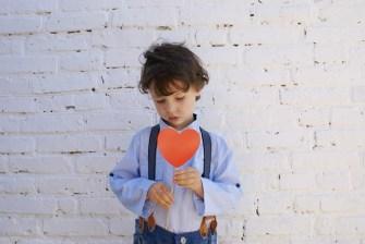 Ein trauriger junge braucht die Liebe seiner Eltern
