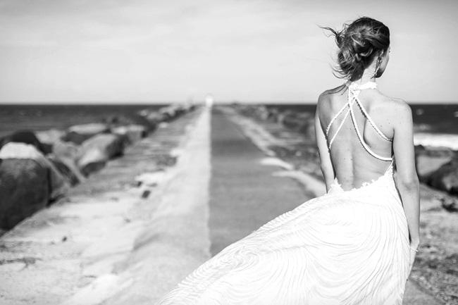 Die Frau schaut aufs mehr und fragt sich: Was ist Selbstliebe